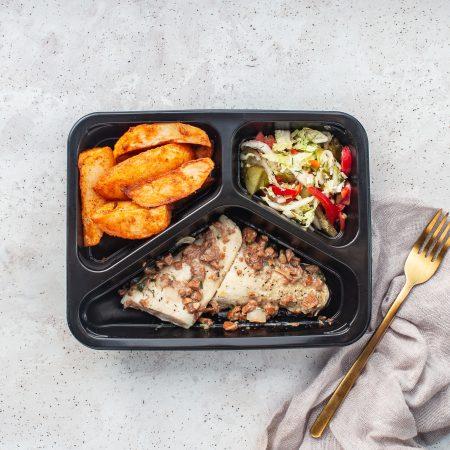 Danie diety bez laktozy i glutenu - Pieczony filet z sandacza z sosem kurkowym, ziemniakami i surówką z kapusty pekińskiej