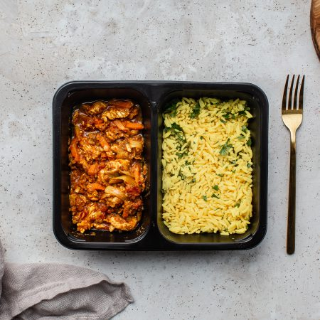 Danie diety slim Biryani z indykiem, marchewką i pomidorami podane z ryżem basmati