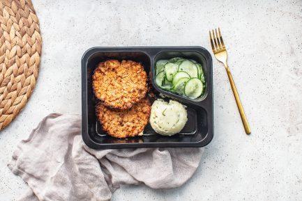 Danie diety wegetariańskiej Burgery z białej kapusty i koperku, ziemniaczki, mizeria